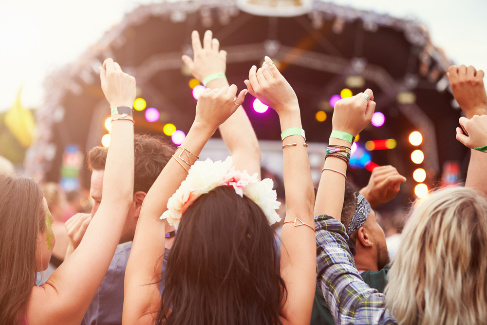 sh_music_crowd_outdoors_298767080
